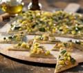 Auberginencreme mit Zucchini auf Pizza-Platten